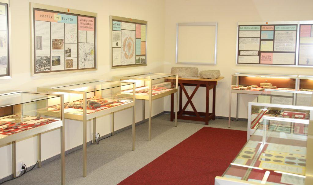 Blick in die archäologische Sammlung mit Vitrinen und Texttafeln