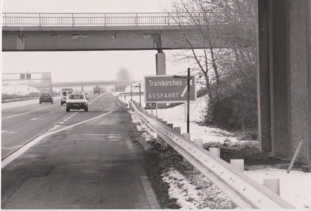 Autobahnabfahrt Traiskirchen mit Autos Richtung Süden gesehen