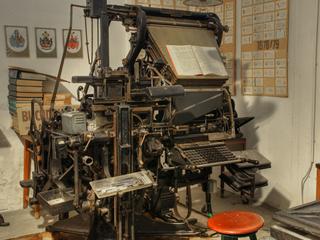 große mechanische Druckmaschine der Firma Koch Druck