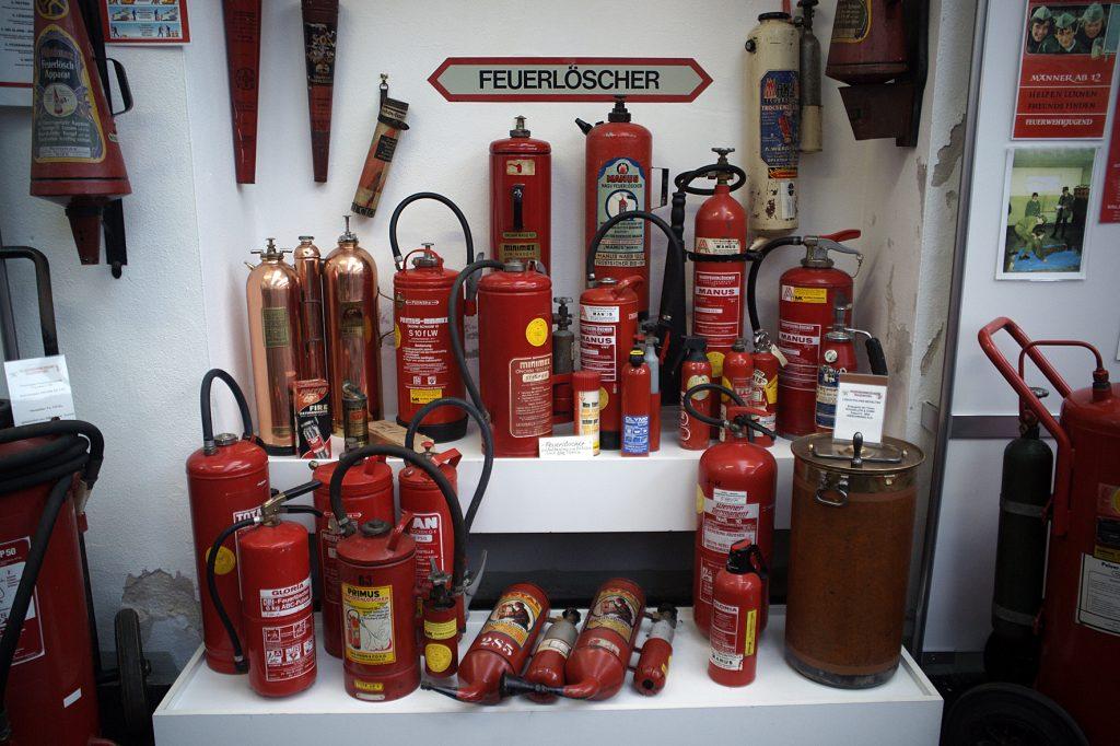 viele Feuerlöschgeräte
