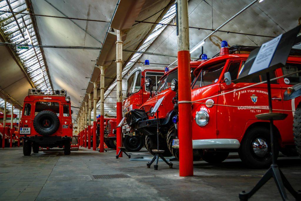 historische Feuerwehrautos in der Feuerwehrhalle