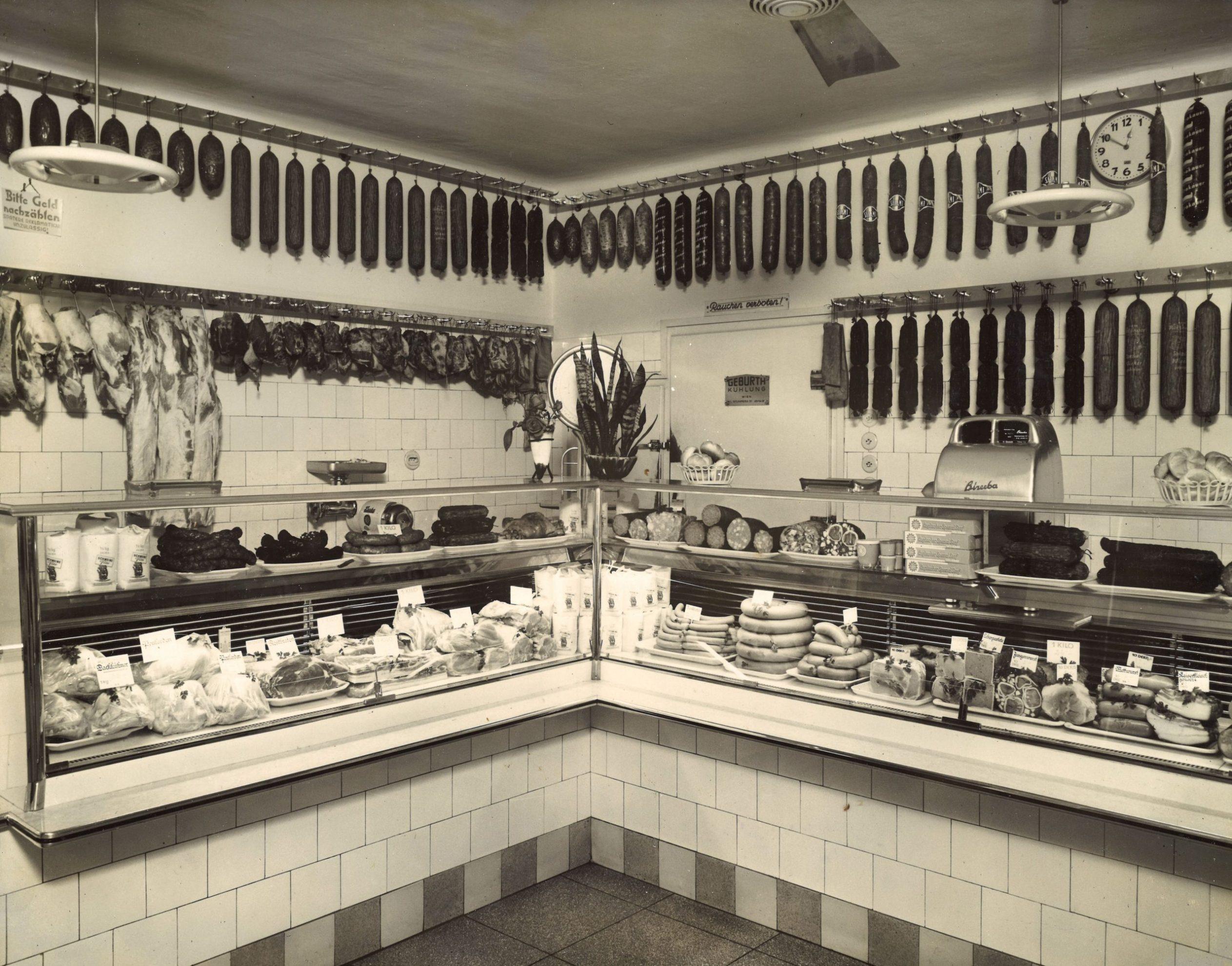 Geschäftsraum der Fleischerei Holzinger um 1960 mit vielen Wurst und Fleischwaren
