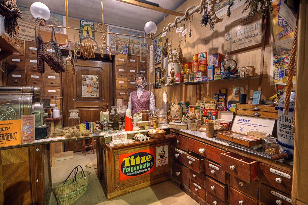 Blick in das Geschäftskoje der Greißler Drexler mit sehr vielen Waren