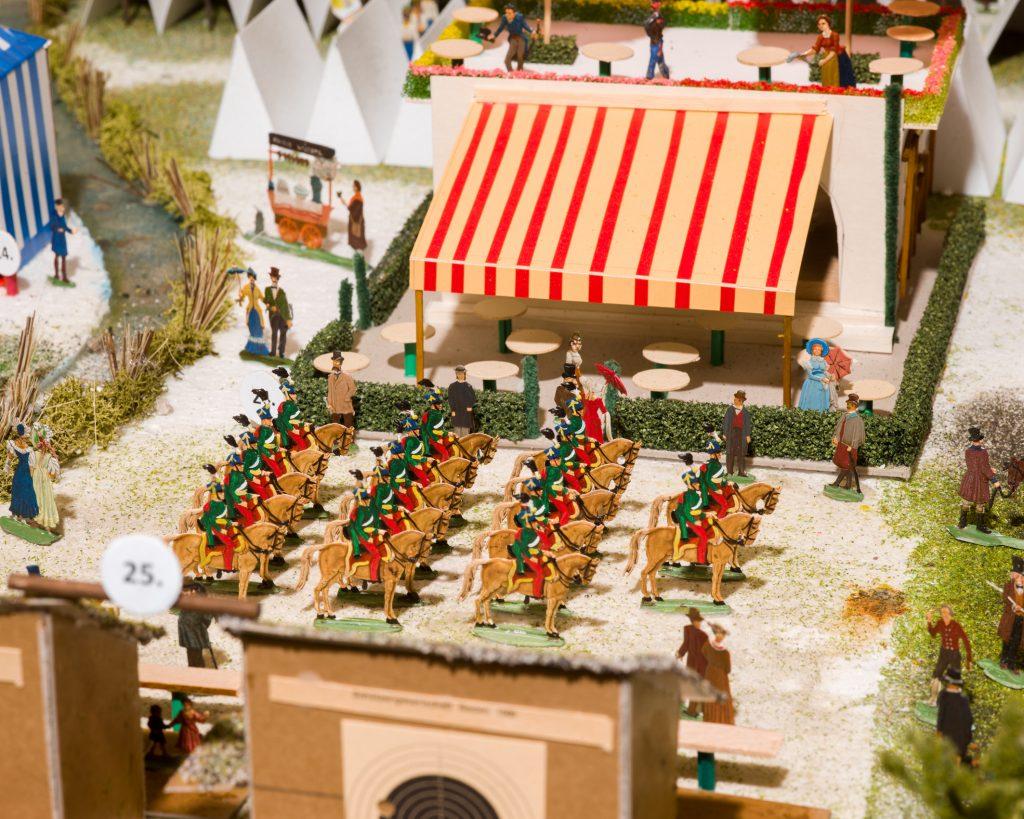 Ausschnitt des Modells mit kleinen Zinnfiguren und Gebäuden