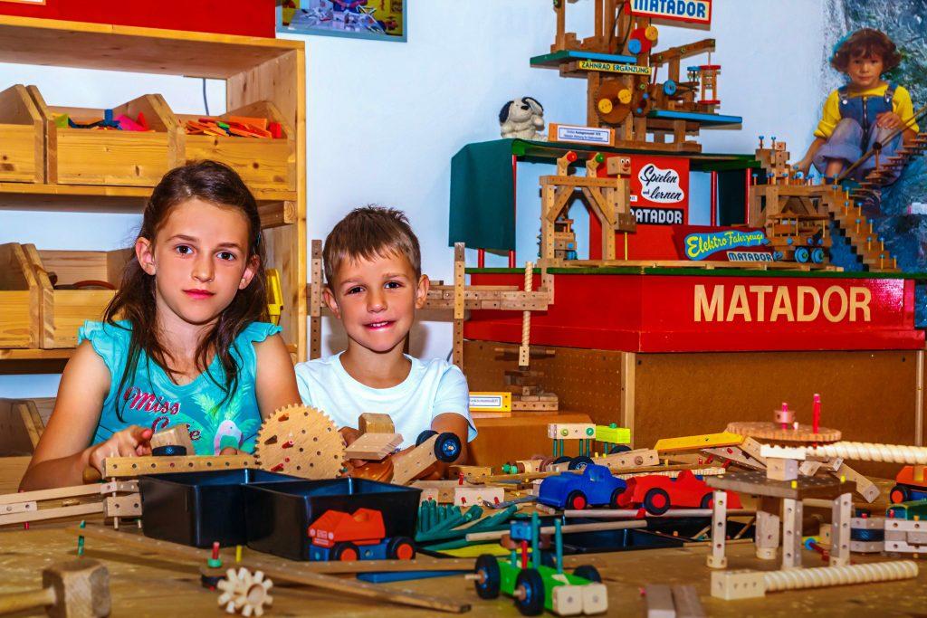 Kinder spielen am Matador Spieltisch