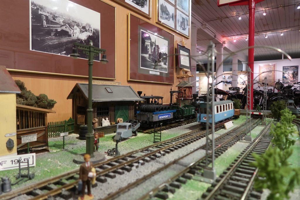 Blick auf das Modell der Badner Bahn mit Bahnhofsgebäude und Figuren