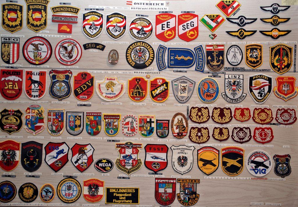 viele Polizeiabzeichen auf Platte montiert