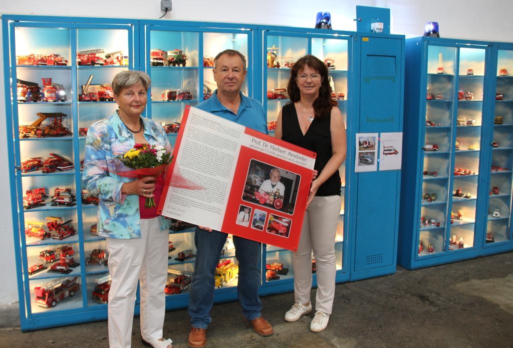 Brigitte Arndorfer, Günther Gutmann und Karin Weber-Rektorik halten die Übernahmetafel 2019