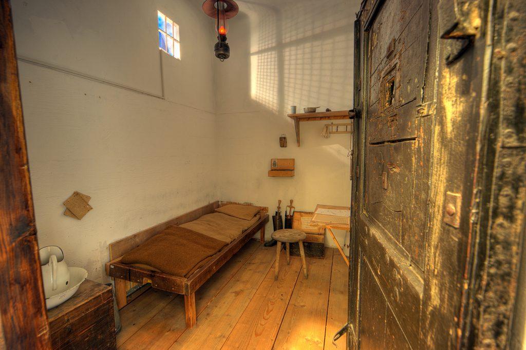 Zelle der Strafanstalt Möllersdorf mit Bett und kleinem Tisch